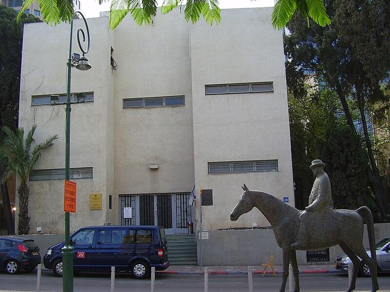 פסל של מאיר דיזנגוף על רקע בית דיזנגוף