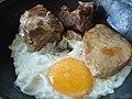 Plato de conserva de cerdo con huevo.jpg