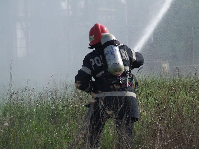 File:Pompier -- Exercițiu de intervenție.JPG