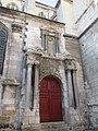 Porte de côté de l'église Saint-Piere d'Auxerre.jpg