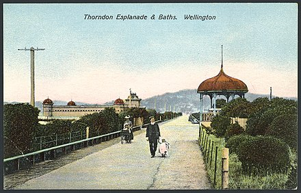 Thorndon Esplanade ca. 1905 Postcard. Thorndon Esplanade and Baths, Wellington. New Zealand post card. G and G Series no. 105. Printed in Berlin (ca 1905) (20986497464).jpg
