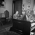 Prins Bernhard achter zijn bureau in zijn werkkamer, Bestanddeelnr 255-7758.jpg
