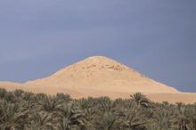 Разрушенные остатки пирамиды с видом кургана