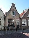 foto van Huis met eenvoudig tuitgeveltje parterre en zolderverdieping