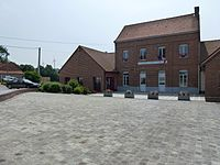 Reclinghem (Pas-de-Calais, Fr) mairie et école, éoliennes.JPG
