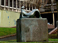 Reclining figure, Castleford Civic Centre - geograph org uk - 643586 (recortada).jpg