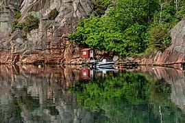 Red fishing huts in Rågårdsdal.jpg