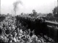 Fil:Refugees on train roof during Partition.ogv