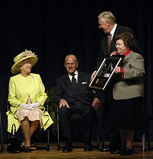 Barbara Mikulski - Mikulski with Steny Hoyer presenting a photo to Queen Elizabeth II and Prince Philip in Greenbelt, Maryland