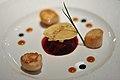 Restaurant Le Jardin des Sens Kammuslinger med åben ravioli af rødbede, figen og selleri (5480972043).jpg