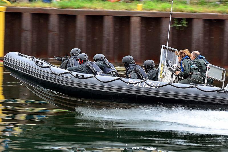 File:SEK-Schnellboot (Schlauchboot) (10585073613).jpg