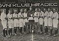 SK Hradec Králové 1922 (Balcar, Mácha V., Valenta, Mácha A., Koza, Reichert, Hušák, Vlček, Bělohoubek, Petrovický, Slezák).jpg