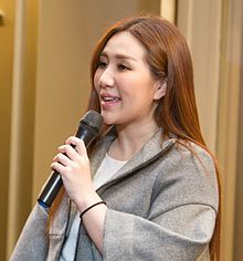 Sabrina Ho Chiu Yeng speaks at Poly Auction Macau event opening in 2016.jpg