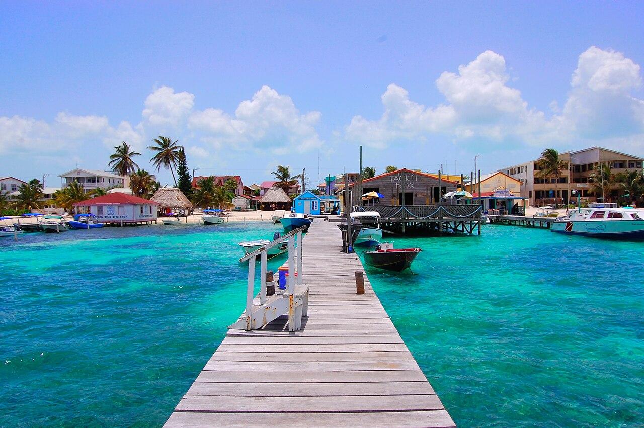 una bellissima foto della spiaggia con imbarcadero, l'acqua limpida