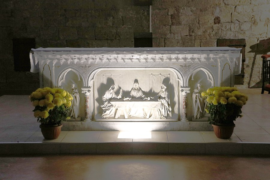 Sauvian (Hérault) - église Saint-Corneille-et-Saint-Cyprien - autel, avec la représentation de la Cène d'Emmaüs