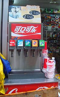 Soda fountain device that dispenses carbonated soft drinks