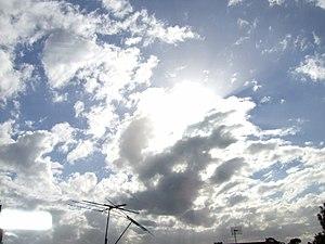English: Sun behind clouds