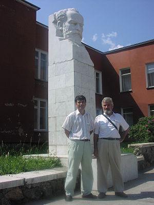 монумент П.И.Чайковскому у музыкальной школы. Справа— один из ведущих сотрудников ВНИИТФ В.Е.Неуважаев