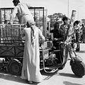 Transport van spiraalbodems bij de markt met een motorfiets - Stichting Nationaal Museum van Wereldculturen - TM-20011759.jpg