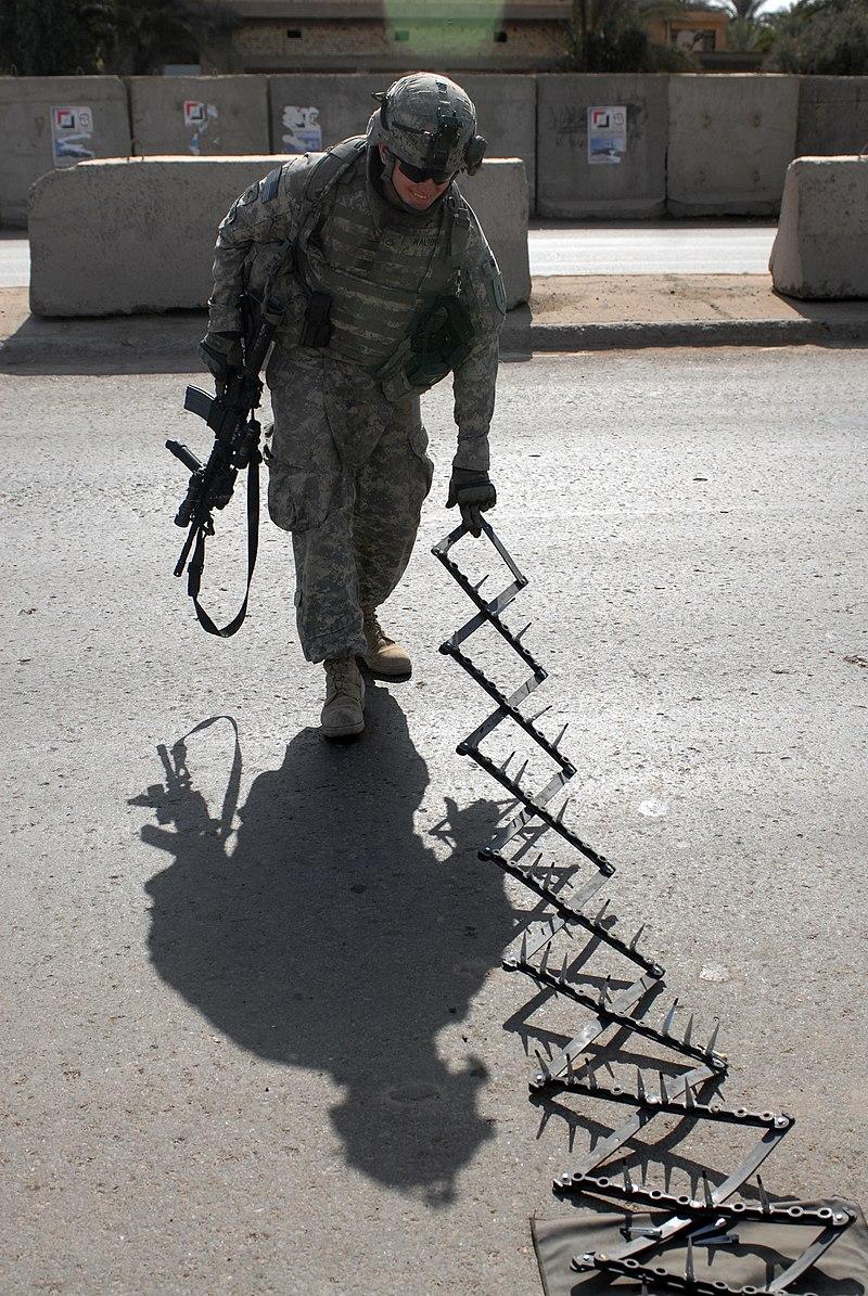 https://upload.wikimedia.org/wikipedia/commons/thumb/6/65/US_Army_spike_strip.jpg/800px-US_Army_spike_strip.jpg
