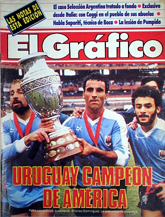 1987 Copa América - Players of Uruguay holding the trophy, as covered on El Gráfico