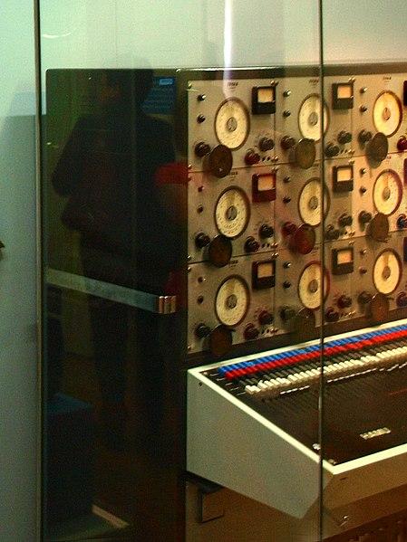 File:VÚRT synthesizer (c.1949, c.1952-1962, or 1960s), for Sound Studio HAMU, by Výzkumném Ústavu Rozhlasu a Televize - left part - ČMH el. kytary.jpg