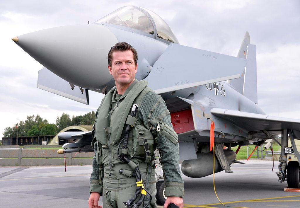 1024px-Verteidigungsminister_Karl-Theodor_zu_Guttenberg_-_Eurofighter.jpg
