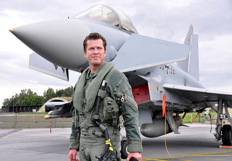 Datei:Verteidigungsminister Karl-Theodor zu Guttenberg - Eurofighter.jpg