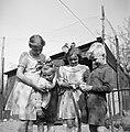 Vier kinderen met kuikens, Bestanddeelnr 252-1928.jpg