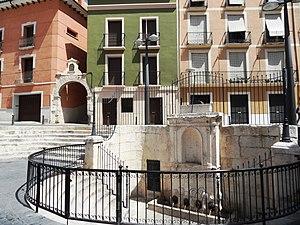 Villena. Plaza Mayor. Fuente y arco.JPG