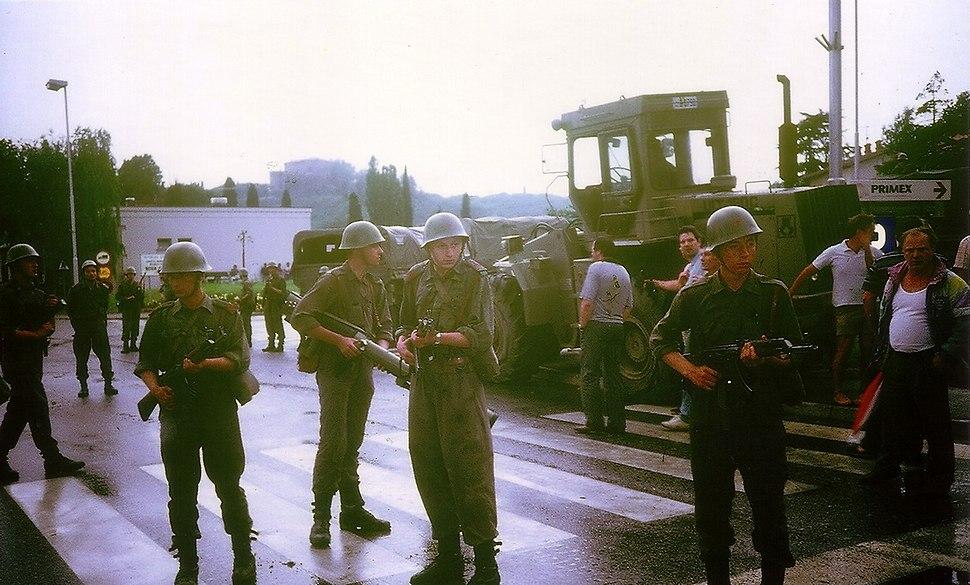 Vojaki JLA in občani pred spopadom v Rožni Dolini.
