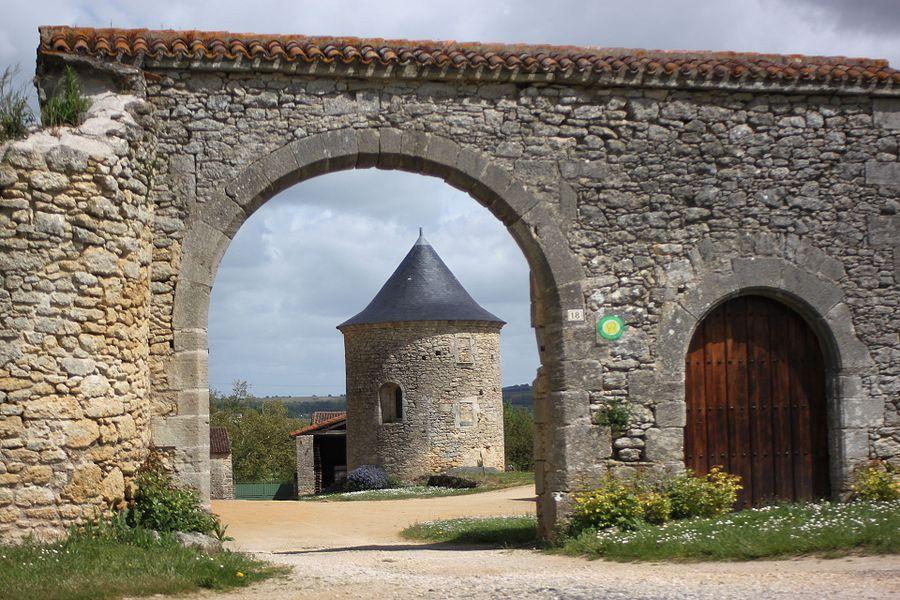 Porte des dépendances, château des Noyers, Grouas, Fr-49-Martigné-Briand.