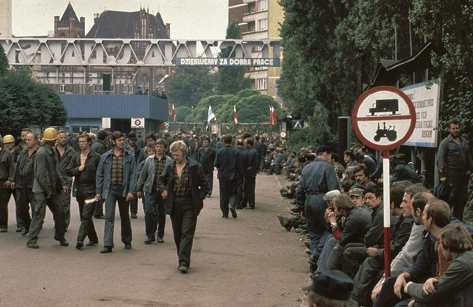 Wachtende stakers van de Leninwerf, Bestanddeelnr 253-8309