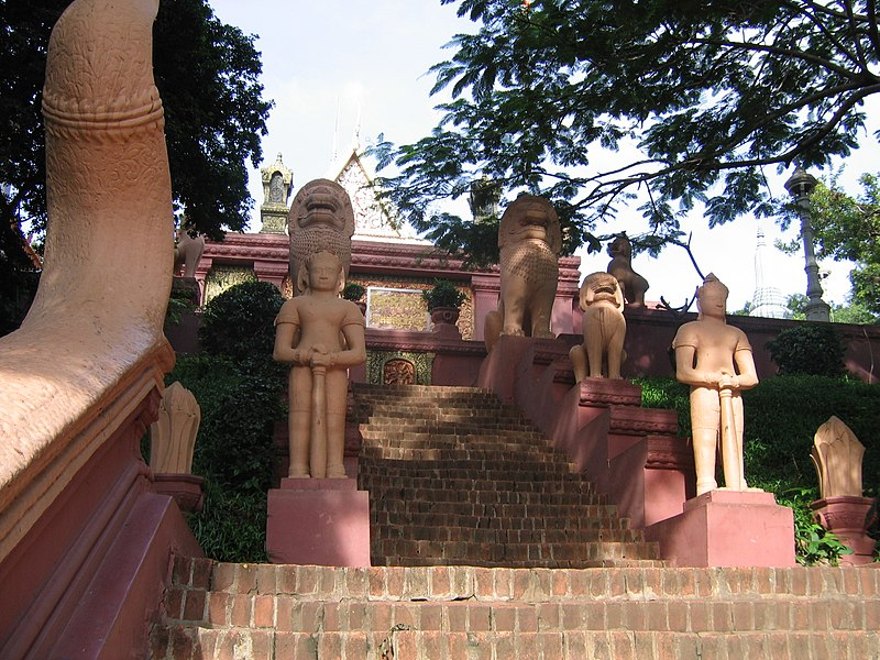 File:WatPhnom PhnomPenh 2005 4.JPG