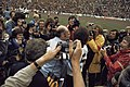 Wereldkampioenschap voetbal 1974 in Munchen supporters omhelsen Duitse spelers, Bestanddeelnr 254-9559.jpg