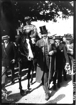"""Maurice de Rothschild - Image: """"Sardanapale"""", gagnant du Grand Prix de Paris, et son propriétaire, le baron Maurice de Rotschild"""