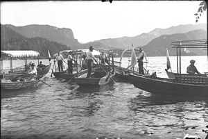 Čolnarji pred pristaniščem na Blejskem jezeru.jpg