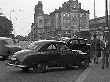 černobílá fotografie zaparkovaného automobilu Škoda 1200 pražské taxislužby.