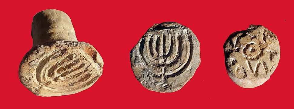 חורבת עוצה 10 - חותם ללחם שבחזיתו חרוטה מנורת שבעת הקנים