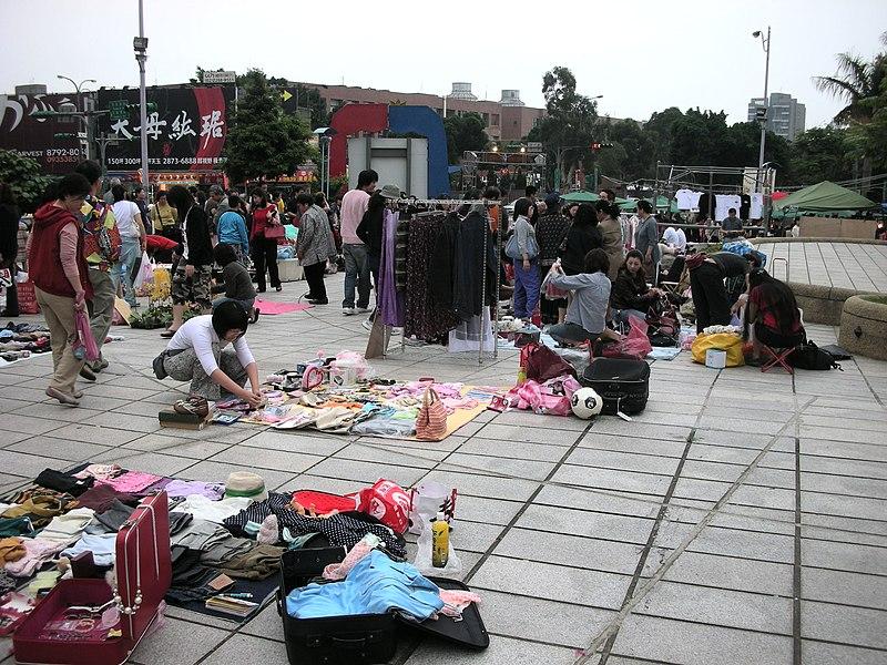 File:天母市集,天母地下停車場,擺地攤的人 - panoramio - Tianmu peter.jpg