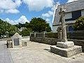 011 Monument à la mémoire des jeunes gens de l'Île-Tudy déportés le 20 juin 1944 et croix.JPG