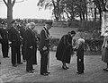 100 jaar KIM Den Helder bezoekdag koningin Juliana. De vorstin krijgt bloemen aa, Bestanddeelnr 906-7889.jpg