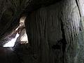114 Cova de Sant Miquel del Fai, paret calcària, amb l'entrada al fons.JPG