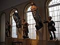 Interna vido de figuroj kiuj siatempe gracis la antaŭŝipon de lignaj velŝipoj. Altaj fenestroj laŭflankas du virinfigurojn kiuj estas pliiĝis sur la muro, kaj tri virfiguroj staras sur piedestaloj antaŭ la fenestroj.