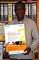 2015-11-25 Abdou Karim Sané im Büro vom Freundeskreis Tambacounda e.V in Hannover mit Urkunde Wege ins Netz 2008.JPG