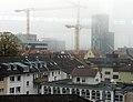 2018-11-06, Neubau der Volksbankzentrale in Freiburg, Baustelle bei Nebel mit drei Baukränen.jpg
