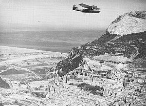 Catalina flugas preter la Norda Fronto de la Roko kiam ĝi postlasas Ĝibraltaron sur patrolon (marto 1942).jpg