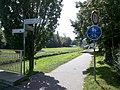 Abzweig Pleiße-Radweg von der Ökoschulbrücke im agra-Park Ende August 2017.jpg