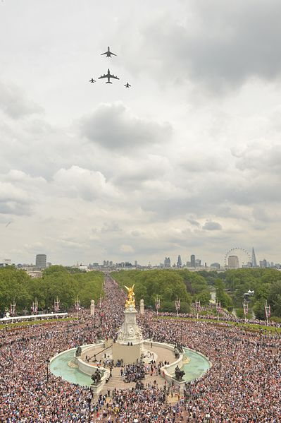 File:Aircraft mark The Queen's 90th Birthday with a fly-past over Buckingham palace MOD 45159851.jpg