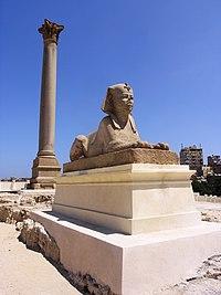 عمود السواري، وتمثال من الجرانيت يشبه أبو الهول.